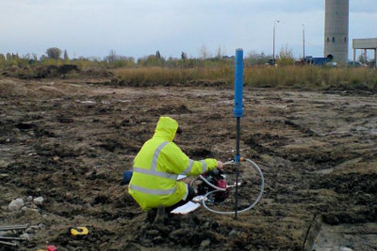 Są też zupełnie inne badania gruntu - na zdjęciu: badania stanu zagęszczenia sondą pneumatyczną (rejon: Pruszków - Brwinów).